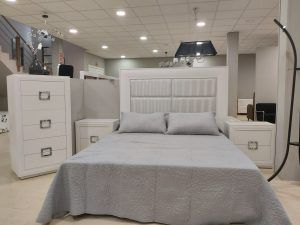 dormitorio lacado en chapa de roble con cabecero en polipiel